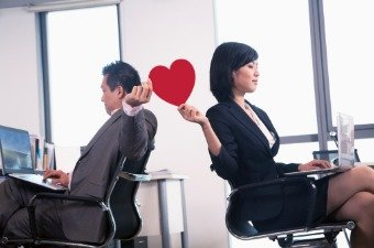 Office Relationships: What is the Appropriate Way to Handle them in the Workplace?